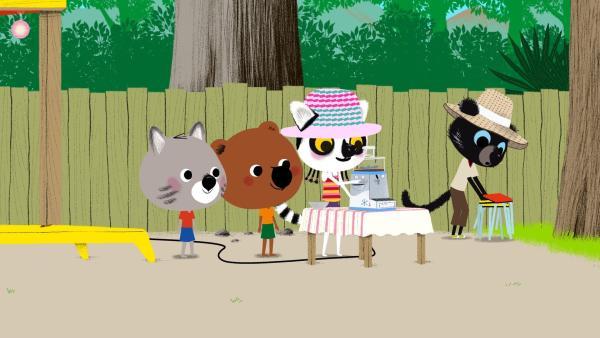 Anosy zeigt ihren Freunden die neue Eismaschine. | Rechte: KiKA/ Millimages
