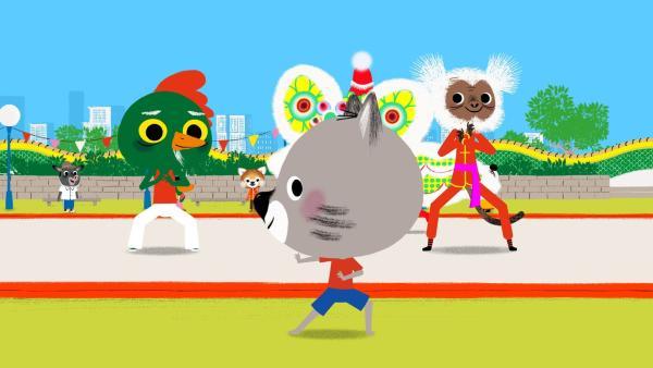 Chavapa ist begeistert und macht spontan bei einer Kung Fu-Aufführung mit.  | Rechte: KiKA/Millimages