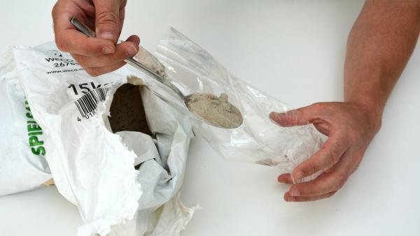 Fülle etwas Sand in eine Plastiktüte. Je mehr Sand du hineinfüllst, desto größer wird dein Ball. Wenn du die Tüte mit Sand mit deiner Hand umfassen kannst, ist dies von Vorteil beim späteren Jonglieren.  | Rechte: KiKA
