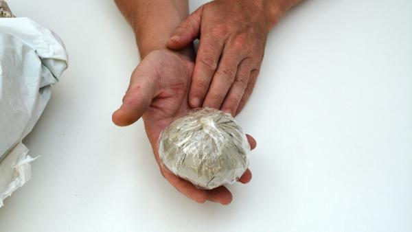 Danach verschließt du die Tüte mit einem Knoten oder Klebeband. Schneide den überflüssigen Teil mit einer Schere ab.  | Rechte: KiKA