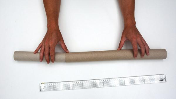Das Didgeridoo soll mindestens 70 Zentimeter lang werden. Dafür brauchst du zum Beispiel zwei leere Küchenrollen und eine Toilettenpapier-Rolle.  | Rechte: KiKA