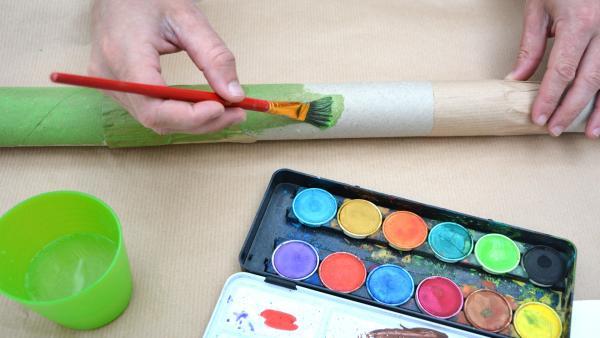 Sobald der Kleber getrocknet ist, kannst du das Didgeridoo beliebig mit Filzstiften, Wachsmalstiften oder Wasserfarben bemalen.  | Rechte: KiKA