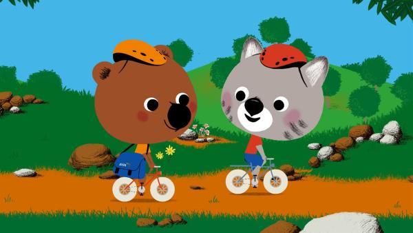 Mouk (li.) und Chavapa (re.) sind zwei Weltreisende, die mit ihrem Fahrrad um die ganze Welt reisen und dabei jede Menge Abenteuer erleben. | Rechte: KiKA/Millimages