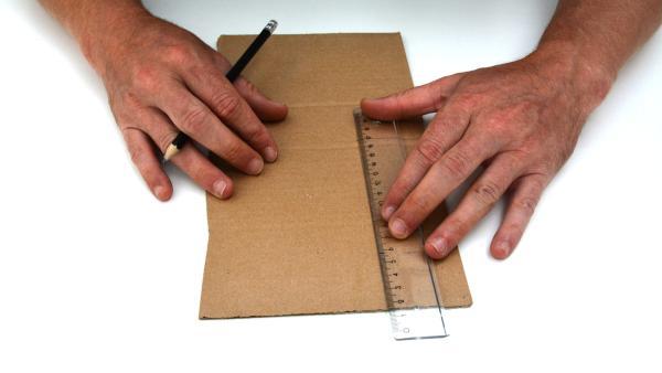 Zeichne zunächst auf der Pappe ein Rechteck auf (15cm x 5cm). | Rechte: KiKA