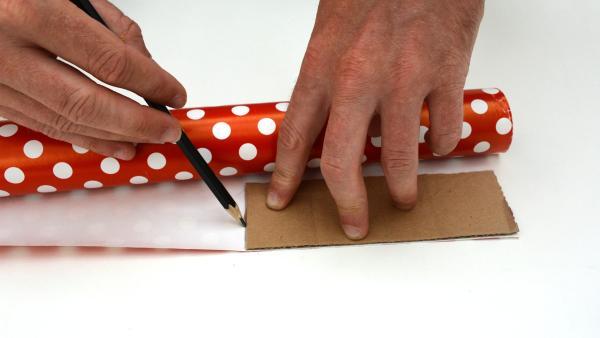 Danach zeichnest du dasselbe Rechteck (15cm x 5cm) auf eine Serviette oder Geschenkpapier auf. | Rechte: KiKA