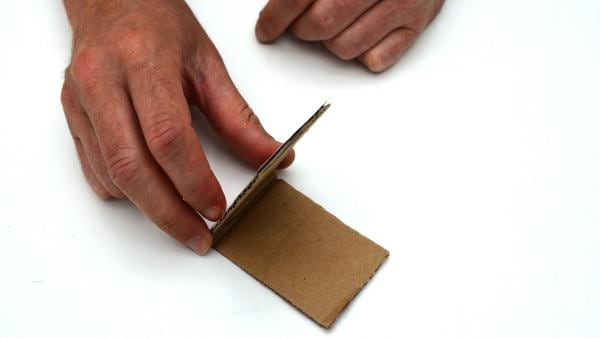 Falte nun die Pappe in der Mitte zusammen.  | Rechte: KiKA