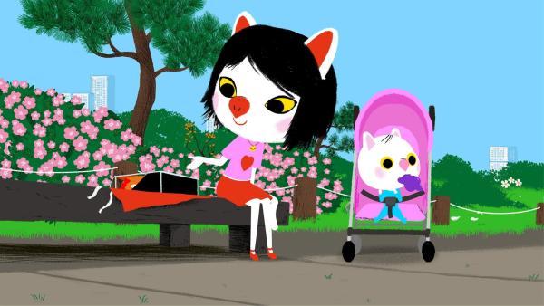 Mouk und Chavapa sind in Tokio. Dort kaufen sie Geburtstagsgeschenke für ihre Freunde Mita und Popo. In einem Park suchen sie auf der Karte nach dem Postamt, um den Zwillingen die Geschenke zu schicken. Dabei hilft ihnen eine Frau mit Baby weiter. | Rechte: KiKA/Millimages