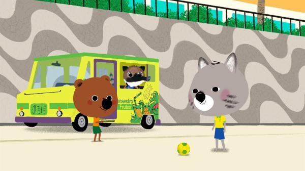 Mouk und Chavapa sind in Brasilien, in Rio de Janeiro. Im berühmten Maracana-Stadion spielt Brasilien gegen Argentinien, und die beiden Freunde wollen das Spiel unbedingt sehen. | Rechte: KiKA/Millimages