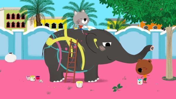 Mouk und Chavapa malen Elefant Sabu bunt an. | Rechte: KiKA/Millimages