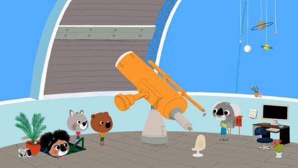 Im Observatorium können sich Mouk und Chavapa den Sternenhimmel durch ein riesiges Teleskop ansehen.   Rechte: KiKA/Millimages