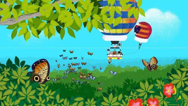 Mouk und Chavapa beobachten Schmetterlinge überden Bäumen Amazoniens. | Rechte: KiKA/Millimages