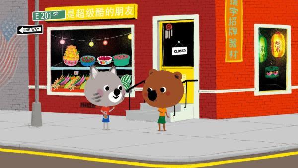 Mouk und Chavapa sind in New York. Sie wollen auf Serissas Geburtstagsparty gehen. Beim Durchstöbern der Läden in Chinatown nach einem passenden Geschenk, essen sie Glückskekse.   Rechte: KiKA/Millimages