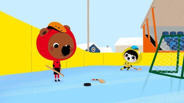 Mouk und Chavapa spielen in Kanada mit ihren Freunden Abey und Tadi Eishockey. Als Mouks Schläger bricht, sind alle etwas ratlos. Wie soll man das Spiel zu Ende bringen? | Rechte: KiKA/Millimages