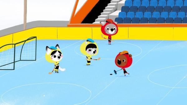 Mouk und Chavapa spielen in Kanada mit ihren Freunden Abey und Tadi Eishockey. Als Mouks Schläger bricht, versucht er stattdessen mit einem Besen weiterzuspielen. | Rechte: KiKA/Millimages
