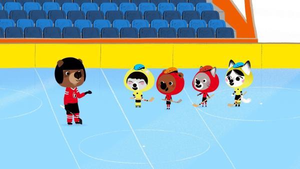 Mit dem neuen Ersatzschläger können Mouk, Chavapa, Abey und Tadi ihr Eisnockeyspiel endlich fortsetzen. Oki, der früher professioneller Eishockeyspieler war, macht auch mit. | Rechte: KiKA/Millimages