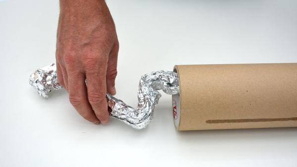 Schiebe die Spirale vorsichtig in deine Versandrolle. | Rechte: KiKA