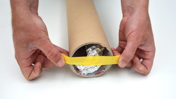 Klebe über beide Öffnungen etwas Klebeband, damit das Alu nicht mehr verrutschen kann.  | Rechte: KiKA
