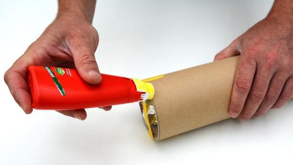 Bringe etwas Flüssigkleber rund um das Ende der Versandrolle an. | Rechte: KiKA
