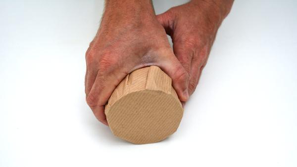 Drücke dann das überstehende Packpapier nach unten, damit es kleben bleibt.  | Rechte: KiKA