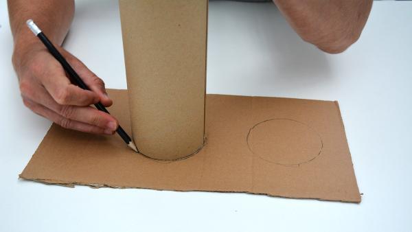 Setze die Versandrolle zweimal auf das Stück Pappe auf und umfahre es mit einem Bleistift.  | Rechte: KiKA