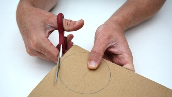 Schneide dann beide Pappkreise mit der Schere aus. | Rechte: KiKA