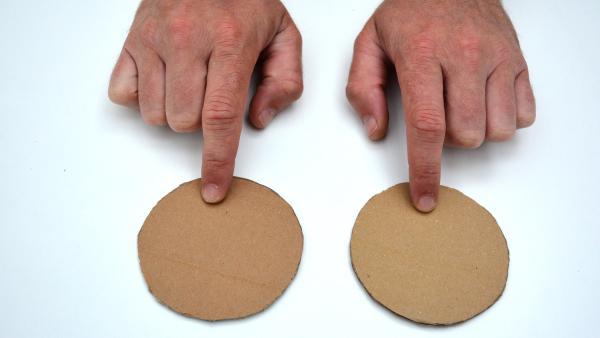 Die beiden Pappkreise dienen als Verschluss der Versandrolle.  | Rechte: KiKA