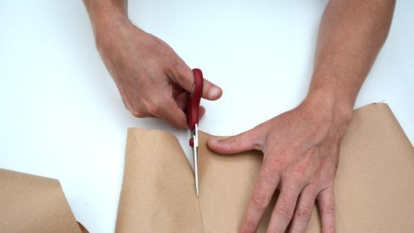 Zeichne nun zwei Quadrate (15cm x 15cm) auf das Packpapier auf und schneide diese mit der Schere aus.  | Rechte: KiKA