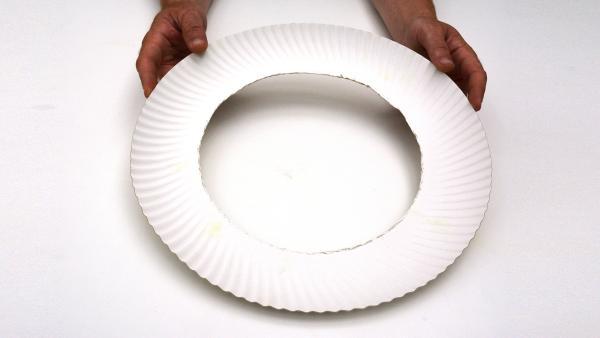 Du brauchst nur den Rand des Papptellers, um weitermachen zu können.  | Rechte: KiKA