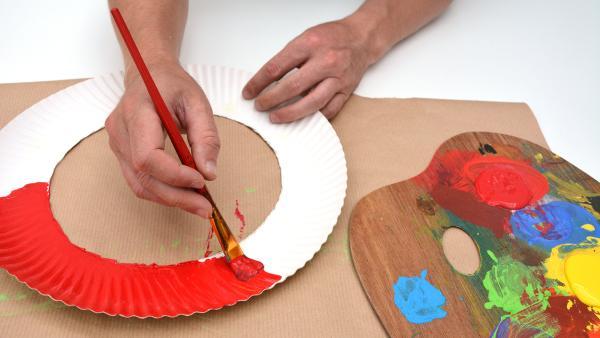 Bemale den Rand nach deinen eigenen Wünschen mit Wasser- oder Acrylfarben.  | Rechte: KiKA