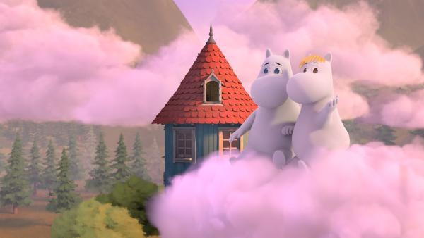 Mumintroll (li.) hat einen schönen Traum. Er schwebt mit Snorkfräulein (re.) auf einer rosa Wolke vor dem Muminhaus. | Rechte: ZDF/Moomin Characters/Gutsy Animations 2019