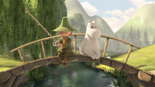 Mumintroll (re.) und Snufkin (li.) beim Angeln | Rechte: ZDF/Moomin Characters/Gutsy Animations 2019