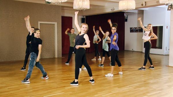 Gruppe 2 tanzt die Gruppenperformance vor der Jury. | Rechte: MDR/Starship Film