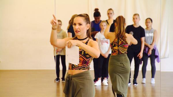 Das Training beginnt mit der Aufstellung, dem Auftakt der Show. Vio hat sich für jeden Tänzer einen Platz überlegt. | Rechte: MDR/Starship Film