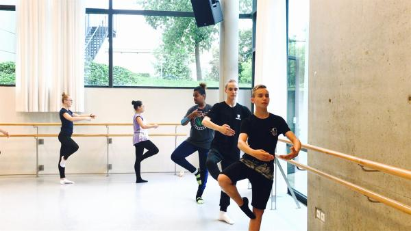 Die MY MOVE DANCE CREW im Training mit Jason Beechey, dem Direktor der Palucca Schule. | Rechte: MDR/Starship Film