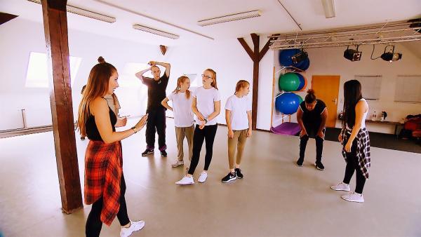 Putzen beim Tanzen ist harte Arbeit. Da kann einmal schon mal schwindelig werden. | Rechte: MDR/Starship Film
