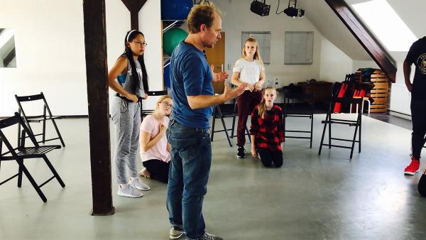 Schauspieler Rainer Strecker hat einige Tricks im Gepäck, wie die Tänzer Lampenfieber auf der Bühne besiegen können. | Rechte: MDR/Starship Film