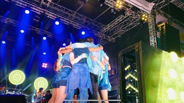 Es ist geschafft! Das Publikum jubelt und Alvaro umarmt die Crew vor Glück. | Rechte: MDR/STARSHIP FILM GmbH