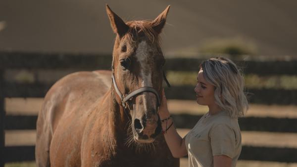 Die in Sachen Pferde unerfahrene Issie (Macey Chipping) hat einen besonderen Draht zu Wildpferd Blaze. In ihrer Nähe kann sich das Tier entspannen. | Rechte: ZDF/Matt Klitscher