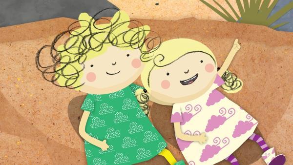 Auf einer wunderschönen Camping-Siedlung, mit Blick auf das strahlend blaue Meer, umrahmt von sattgrünen Feldern, verbringen die zwei jungen Schwestern Nele und Nora mit ihren Eltern ihre Freizeit. | Rechte: KiKA/Geronimo Productions
