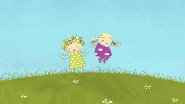 Auf der Wiese spielen macht Nele und Nora Spaß. | Rechte: KiKA/Geronimo Productions