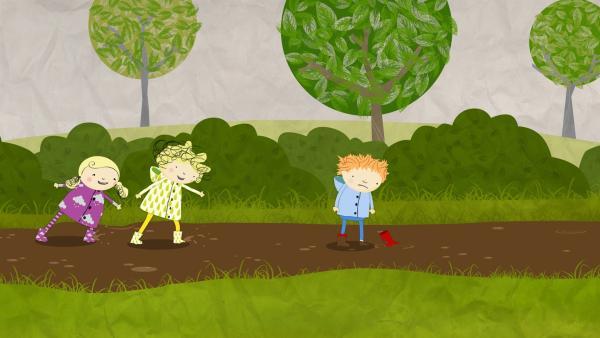 Nele und Nora helfen Oliver, seinen Stiefel aus dem Schlamm zu ziehen. | Rechte: KiKA/Geronimo Productions