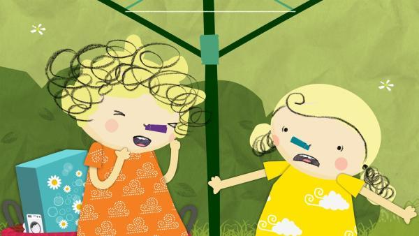 Heute weht ein so fürchterlicher Stinkewind, dass sich Nele und Nora die Nase mit einer Wäscheklammer zuhalten müssen. | Rechte: KiKA/Geronimo Productions