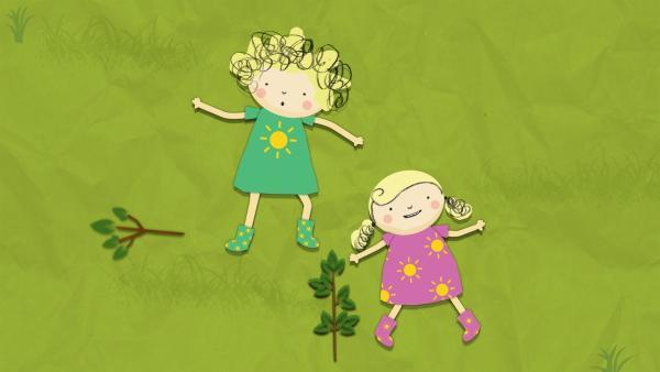 Nele und Nora liegen im Gras und beobachten die Wolken. | Rechte: KiKA/Geronimo Productions