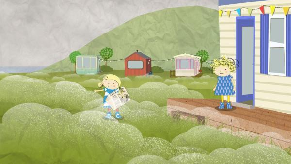 Nora stapft mit der Zeitung durch den nassen Rasen. Nele fragt sich, ob das nur gut gehen kann. | Rechte: KiKA/Geronimo Productions