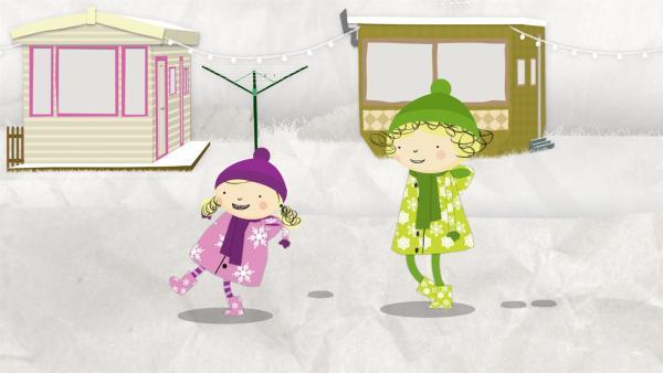 Nora und Nele stapfen durch den frischen Schnee. | Rechte: KiKA/Geronimo Productions