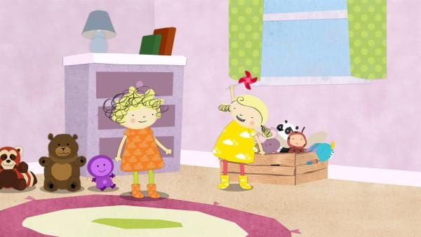 Nora hat in ihrer Spielzeugkiste eine Windmühle gefunden. Nele sieht gespannt zu. | Rechte: KiKA/Geronimo Productions