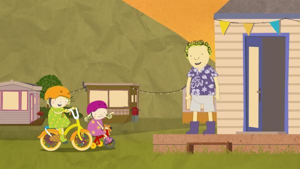 Nele und Nora kommen auf ihren Fahrrädern. Papa möchte heute auf ein Picknick gehen. | Rechte: KiKA/Geronimo Productions
