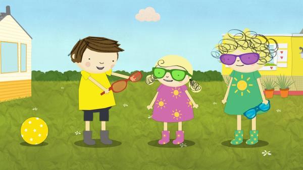 Gerrit und die beiden Schwestern tauschen ihre bunten Brillen aus. | Rechte: KiKA/Geronimo Productions
