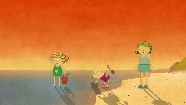 Die beiden Schwestern tapsen ins Meer, um Wasser zu holen. Mama genießt den Sonnenuntergang. | Rechte: KiKA/Geronimo Productions