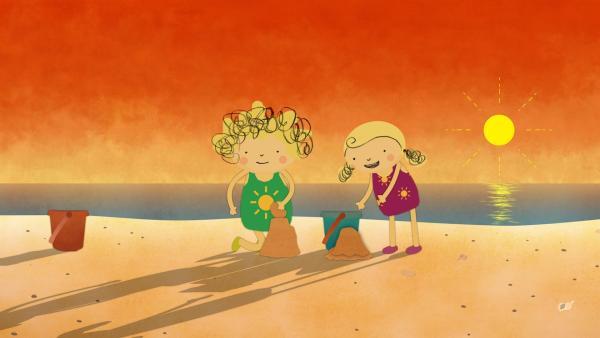 Wenn die Sonne so tief steht, wirft die Sandburg riesige Schatten. Nora und Nele finden das prima. | Rechte: KiKA/Geronimo Productions